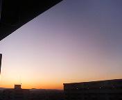 夜明けの空に三日月
